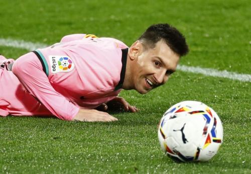 Lionel Messi tersenyum (Foto: Reuters)