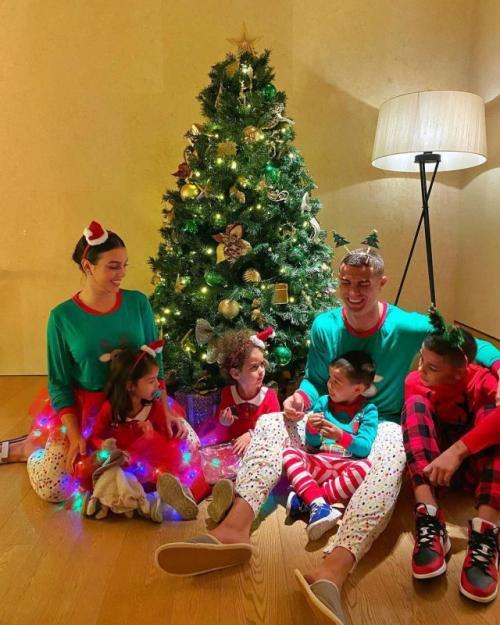 Georgina Rodriguez, Cristiano Ronaldo, dan keempat anak mereka (Foto: Instagram/@georginagio)