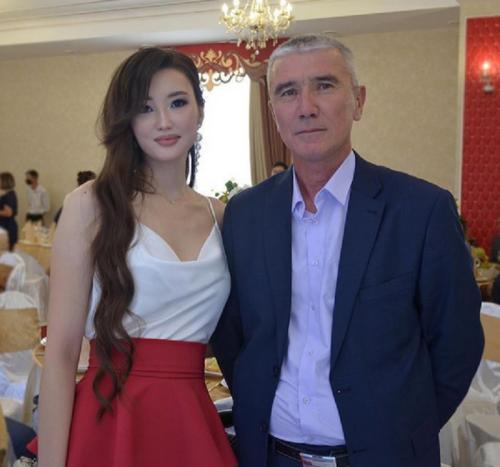 Sabina Altynbekova bersama ayahnya
