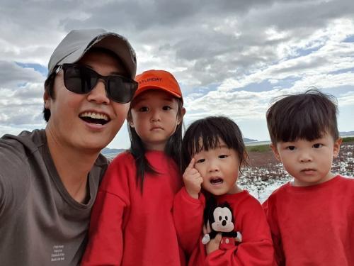 Yoon Sang Hyun dan ketiga anaknya. (Foto: Instagram/@yoonsanghyun0921)