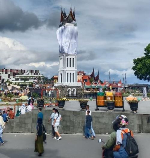 Menara Jam Gadang Ditutupi Kain