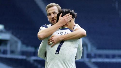 Harry Kane memeluk Son Heung-min