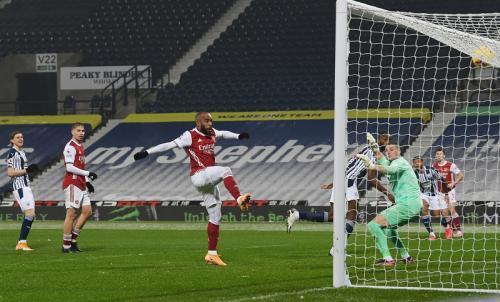 Alexandre Lacazette cetak gol dari umpan Kieran Tierney (Foto: Reuters/Michael Regan)