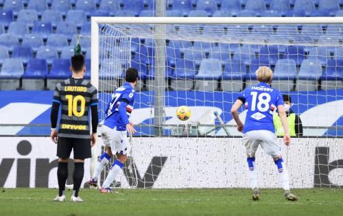 Penalti Antonio Candreva membuka skor (Foto: Reuters/Jennifer Lorenzini)