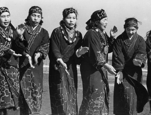 Suku Ainu (Three Lions)