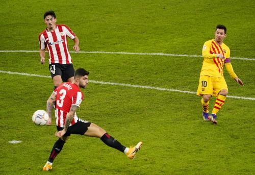 Lionel Messi cetak gol ke gawang Athletic Bilbao (Foto: Reuters/Vincent West)