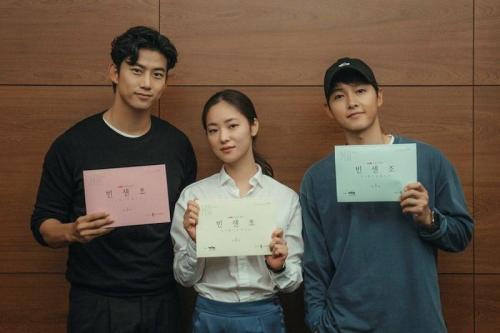Song Joong Ki, Jeon Yeo Bin, dan Taecyeon 2PM. (Foto: Hancinema)