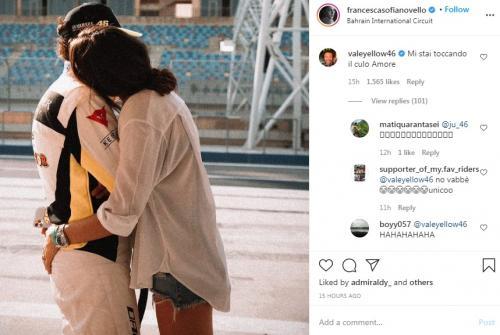 Francesca Sofia Novello menyentuh bokong Valentino Rossi