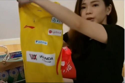 Goh Liu Ying menunjukkan jersey yang akan dipakai