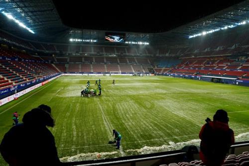 Lapangan di Stadion El Sadar sempat tertutup salju (Foto: Reuters/Vincent West)