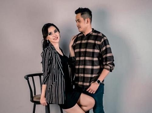 Okky Bisma dan Istri