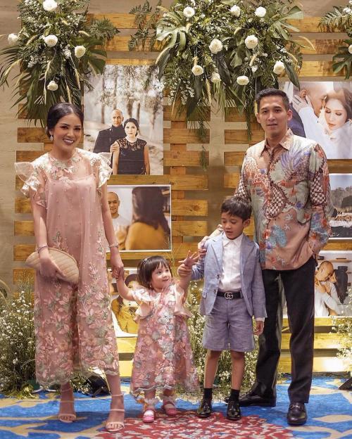 Nindy Ayunda dan keluarga