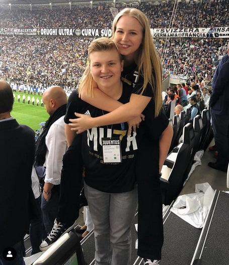 Ivana Nedved bersama kembarannya