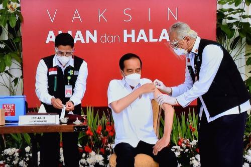 Presiden Jokowi menjalani vaksinasi covid-19. (Foto: BPMI Setpres)