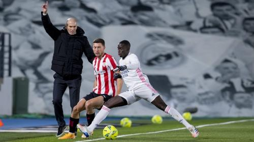 Zinedine Zidane memantau anak asuhnya (Foto: Athletic Bilbao)