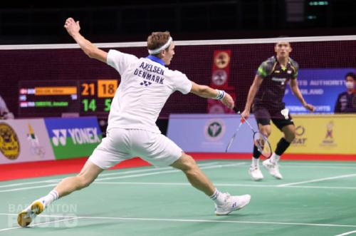 Viktor Axelsen mengembalikan bola (Foto: Badminton Photo)
