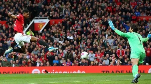 Marcus Rashford bobol gawang Alisson Becker (Foto: Premier League)