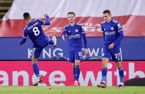 James Maddison menjabat tangan secara virtual (Foto: Reuters/Alex Pantling)