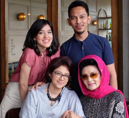 Farida Pasha dan keluarga.