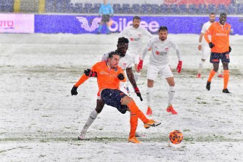 Istanbul Basaksehir menghadapi Sivasspor dalam kondisi hujan salju (Foto: Istanbul Basaksehir)