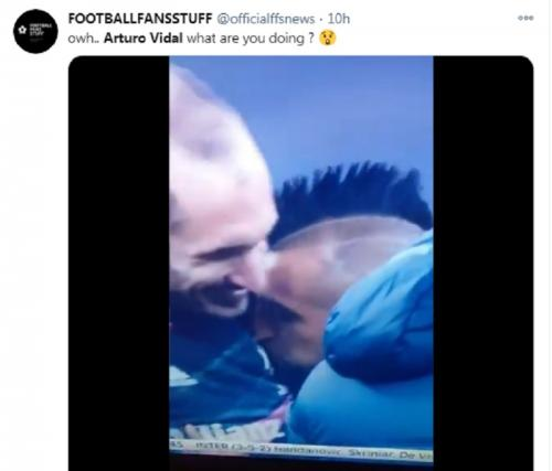 Arturo Vidal tak sengaja mencium logo Juventus