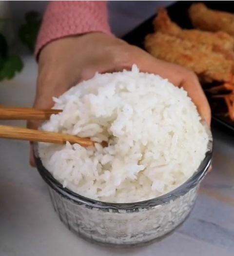Hidangan nasi salad ala restoran Jepang. (Foto: Instagram @masakan.simple)