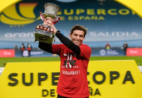 Marcelino Garcia Toral mengangkat trofi (Foto: Reuters)