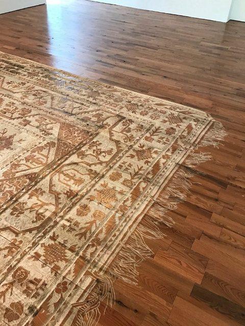 Lantai kayu diukir menjadi karpet indah. (Foto: Selva Aparicio/Oddity Central)