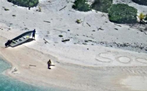 Kode SOS di pasir pantai