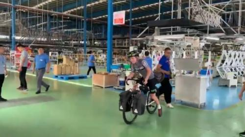 Josh Reid bersepeda dari China pulang ke Inggris. (Foto: YouTube Josh)