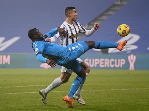 Cristiano Ronaldo kesulitan menembus pertahanan lawan (Foto: Reuters/Alberto Lingria)