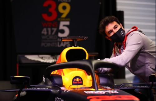 Sergio Perez menengok mobil (Foto: Red Bull Racing)