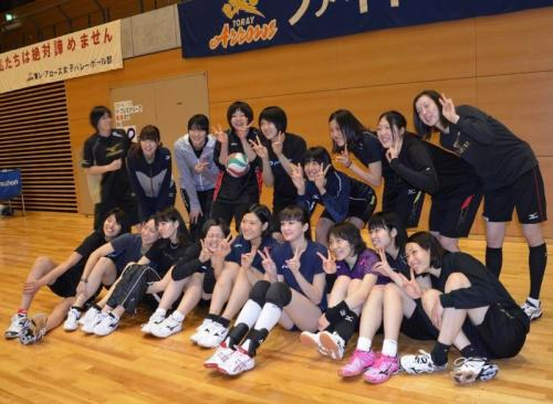 Sabina Altynbekova bersama rekan-rekannya