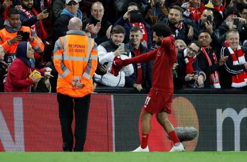 Mohamed Salah memberi hadiah jersey (Foto: Reuters/Carl Recine)