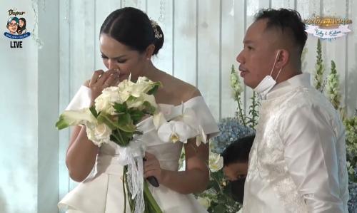 Vicky Prasetyo dan Kalina Oktarani lamaran.