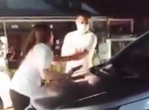 Viral wanita naik kap mobil