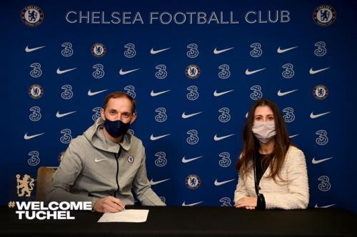 Thomas Tuchel tanda tangan kontrak (Foto: Twitter/@ChelseaFC)