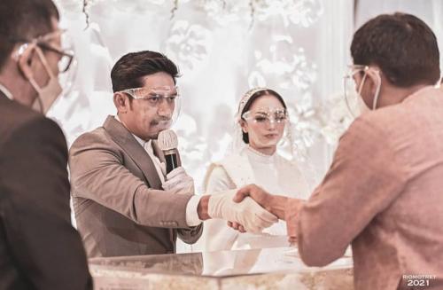 Ibnu Jamil dan Ririn Ekawati menikah. (Foto: Rio Motret)
