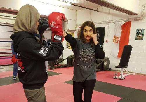 Ambreen Sadiq saat melatih tinju