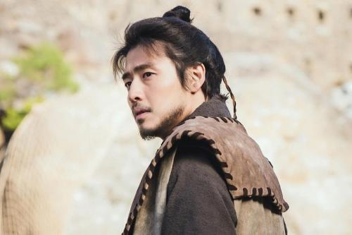 Kang Ha Neul menjadi jenderal Kerajaan Goguryeo dalam River Where The Moon Rises. (Foto: Victory Contents/KBS)