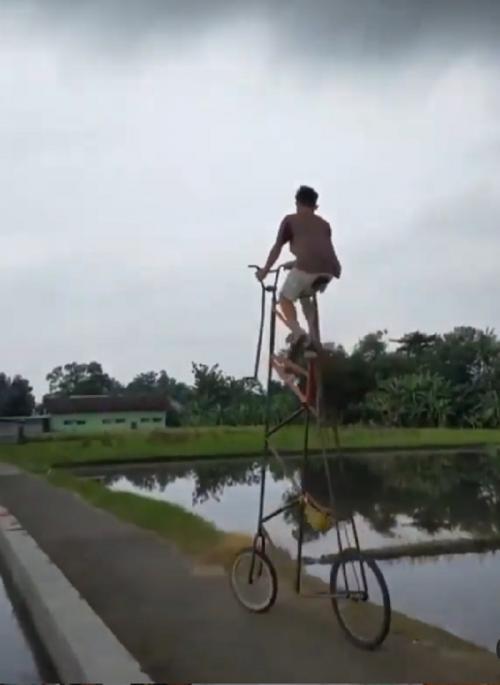 naik sepeda tinggi