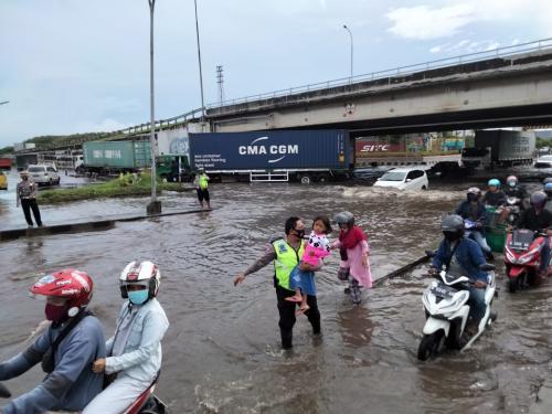 Polisi menggendong anak melintasi banjir Semarang (Foto : Istiimewa)