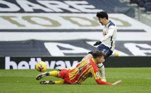 Son Heung-min gandakan keunggulan (Foto: Reuters/Matt Dunham)