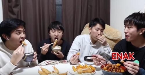 Jerome dan teman-teman makan