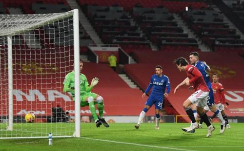 Edinson Cavani mencetak gol (Foto: Reuters)