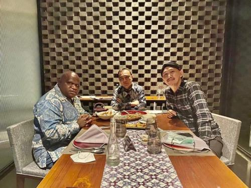 Abu Janda, Natalius Pigai dan Sufmi Dasco (foto : Dok Pribadi Dasco)