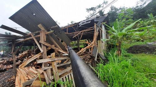 Tiang listrik roboh menimpa pabrik penggerhajian kayu (Foto : iNews)