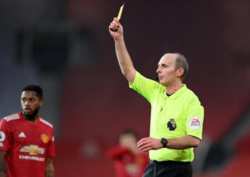 Mike Dean memimpin laga Man United vs Southampton (Foto: Reuters/Phil Noble)