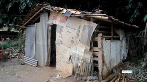 Bekas kandang kambing ini jadi tempat tingal satu keluarga di Lampung yang rumahnya dibongkar rentenir (foto : iNews)