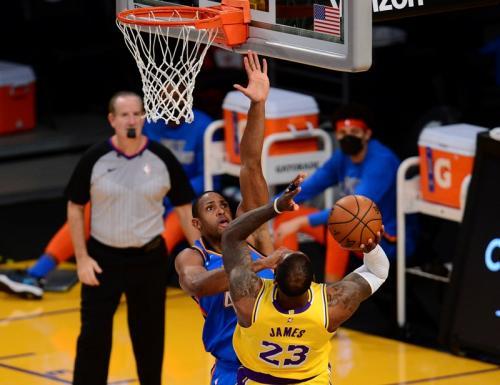 LeBron James melempar bola ke keranjang (Foto: Reuters/Gary A Vasquez)